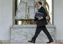 """Pierre Moscovici a déclaré dimanche que le déficit public de la France se situerait sous 3% en 2014 mais qu'il ne serait pas raisonnable de viser un objectif """"nettement"""" sous ce seuil, comme l'a réclamé la Commission européenne. /Photo prise le 10 avril 2013/REUTERS/Philippe Wojazer"""