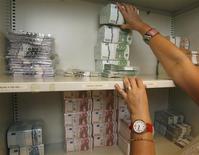 Les analystes interrogés par Reuters estiments que, malgré les craintes suscitées par la crise financière chypriote, l'ampleur démesurée du secteur bancaire de certains pays de la zone euro, comme Malte ou le Luxembourg, ne constitue pas à elle seule une menace d'instabilité: c'est surtout la qualité des prêts qui doit être prise en compte. /Photo d'archives/REUTERS/Heinz-Peter Bader