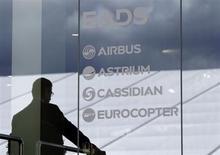 EADS a annoncé lundi être entré en négociation avec l'Etat français pour lui racheter un bloc de 1,56% de ses actions au prix de 37,35 euros par action. /Photo d'archives/REUTERS/Tobias Schwarz
