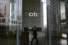Citigroup a vu son bénéfice du premier trimestre progresser de 31% (à 3,8 milliards de dollars contre 2,9 milliards sur la même période l'an dernier) grâce à la diminution des provisions sur son portefeuille de crédit immobilier et à la croissance des revenus de ses activités de banque d'investissement. /Photo d'archives/REUTERS/Bobby Yip