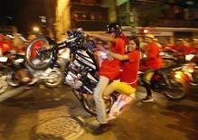 Nicolás Maduro, el heredero político de Hugo Chávez, ganó la presidencia de Venezuela con un ajustado triunfo que la oposición no reconoció, lo que sume en la incertidumbre al polarizado país petrolero que deberá atravesar el lento proceso de recuento de todos los votos. En la imagen, seguidores de Nicolás Maduro celebran los resultados oficiales que le daban la victoria en el recuento, en Caracas, el 14 de abril de 2013. REUTERS/Edwin Montilva
