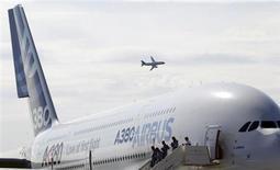L'Agence européenne de sécurité aérienne va certifier les réparations apportées par Airbus pour éliminer les risques de microfissures découverts il y a 16 mois sur les ailes de son très gros porteur A380. /Photo d'archives/REUTERS/Denis Sinyakov