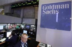 Трейдеры работают в отделе Goldman Sachs на бирже в Нью-Йорке, 16 октября 2012 года. Прибыль Goldman Sachs Group Inc в первом квартале 2013 года выросла на 5,5 процента в годовом исчислении за счет роста доходов от инвестиционного банкинга. REUTERS/Brendan McDermid