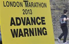 Placa para fechamento de rua é visto no local da linha de chegada da Maratona de Londres, no centro da capital inglesa. A Maratona de Londres será realizada no domingo como planejado na capital britânica, apesar do ataque a bomba na corrida de Boston que matou três pessoas e feriu mais de 100. 16/04/2013 REUTERS/Toby Melville