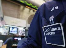Goldman Sachs a fait état mardi d'une hausse supérieure aux attentes de son bénéfice au premier trimestre mais ses recettes tirées du négoce pour le compte de ses clients ont fondu de 10%, soulevant la question de la santé de son activité traditionnellement la plus lucrative. /Photo d'archives/REUTERS/Brendan McDermid
