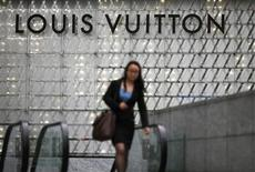 LVMH n'est pas parvenu à rassurer le marché mardi, après avoir fait état, la veille, d'un fort ralentissement des ventes de Louis Vuitton, la marque phare et la plus rentable du groupe de luxe. /Photo d'archives/REUTERS/Carlos Barria