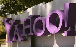 Логотип Yahoo около штаб-квартиры компании в Саннивейле (Калифорния), 16 апреля 2013 года. Чистая выручка Yahoo Inc, пытающейся активизировать свой проблемный поисковый и рекламный бизнес, оказалась хуже ожиданий Уолл-стрит из-за сокращения продаж баннерной рекламы. REUTERS/Robert Galbraith