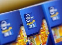 Процессоры Intel демонстрируются в Сеуле, 21 июня 2012 года. Intel Corp ждет 8-процентного снижения выручки в текущем квартале и урезает план капиталовложений на 2013 год из-за падения спроса на персональные компьютеры в свете растущей популярности планшетов и смартфонов. REUTERS/Choi Dae-woong