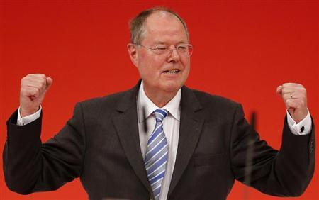 Peer Steinbrueck, top candidate of the German Social Democratic Party (SPD) receives standing ovations after his speech during the extraordinary party meeting of the SPD in Augsburg, April 14, 2013. REUTERS/Kai Pfaffenbach