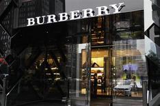 """Продавцы магазина Burberry в Пекине ждут покупателей 11 июля 2012 года. Выручка британского производителя товаров класса """"люкс"""" Burberry выросла на 9 процентов во втором полугодии финансового года за счет высоких розничных продаж в Азиатско-Тихоокеанском регионе. REUTERS/Jason Lee"""