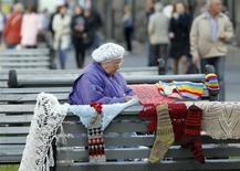 Пожилая женщина продает вязаные вещи в Киеве, 24 сентября 2012 года. Сторонники президента Украины в парламенте отбили атаку на пенсионную реформу со стороны оппозиционеров, которым не хватило нескольких голосов, чтобы вернуть женщинам право уходить на пенсию в 55 лет, а не в 60. REUTERS/Gleb Garanich