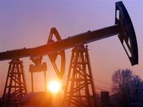 Станки-качалки компании Юганскнефтегаз на нефтяном месторождении Мамонтовское под Нефтеюганском 18 декабря 2004 года. Крупнейшая российская нефтеносная провинция Югра надеется замедлить снижение добычи за счет налоговых льгот для нефтяных компаний, которым Минфин пообещал новые послабления со следующего года, сказала в интервью Рейтер губернатор Ханты-Мансийского автономного округа (ХМАО) Наталья Комарова. REUTERS/Sergei Karpukhin