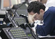 Трейдер работает в отделении инвестбанкинга Альфа-банка в Москве 10 октября 2008 года. Открытие рынков Америки не добавило российским акциям оптимизма, продажи несколько усилились, а индексы вернулись к уровням почти годичной давности. REUTERS/Alexander Natruskin