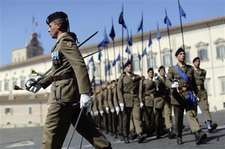 Italian soldiers march in front of Quirinale Palace, the headquarters of Italian President Giorgio Napolitano, in Rome April 17, 2013. REUTERS/Alessandro Bianchi