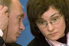 Владимир Путин, тогда премьер РФ, беседует 20 октября 2008 года с Эльвирой Набиуллиной, возглавлявшей в это время Минэкономики. Набиуллина, которая возглавит Центробанк РФ в июне текущего года, сказала в среду, что считает необходимым учитывать тенденции в экономике при принятии решений в области денежно-кредитной политики, однако против ускорения роста за счет разгона инфляции. REUTERS/Sergei Karpukhin