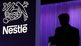 Nestlé annonce un ralentissement de la croissance organique de ses ventes au premier trimestre, à 4,3%, un chiffre inférieur aux attentes, conséquence du ralentissement continu de la demande dans les pays émergents et du printemps tardif, qui a pesé sur les ventes d'eau en bouteille et de glaces. /Photo prise le 11 avril 2013/REUTERS/Denis Balibouse
