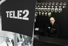 Продавец сидит в офисе продаж Tele2 в Санкт-Петербурге, 28 марта 2013 года. Tele2 немного превысила прогнозы прибыли и продаж в первом квартале 2013 года и планирует достичь поставленных годовых целей, сообщил скандинавский телекоммуникационный оператор, в четверг отчитавшийся за квартал, ознаменованный продажей российского бизнеса госбанку ВТБ за $3,5 миллиарда. REUTERS/Alexander Demianchuk