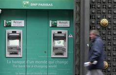 BNP Paribas est en hausse jeudi de 2,28% à la mi-séance dans le sillage des autres banques de la zone euro, tandis que le CAC 40 avance de 0,87%. La hausse des valeurs bancaires reflète un certain optimisme des investisseurs après l'approbation par le Parlement allemand du plan de sauvetage chypriote. /Photo prise le 26 octobre 2012/REUTERS/Jacky Naegelen