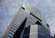 Morgan Stanley affiche un bénéfice net de 958 millions de dollars (733 millions d'euros) au premier trimestre, contre une perte de 119 millions il y a un an, la sixième banque américaine en termes d'actifs ayant bénéficié d'une croissance solide de son activité produits financiers institutionnels. /Photo prise le 1er juin 2012/REUTERS/Eric Thayer