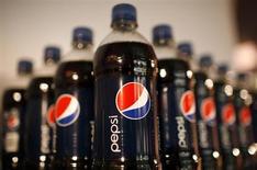 Бутылки Pepsi выставлены во время проведения корпоративного мероприятия в Нью-Йорке, 22 марта 2010 года. Квартальная прибыль PepsiCo Inc оказалась лучше прогнозов в связи с увеличением цен на продукцию гиганта сектора безалкогольных напитков. REUTERS/Mike Segar