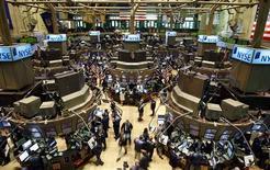 Wall Street a ouvert en légère baisse jeudi, accentuant son net recul de la veille, après l'annonce d'une hausse supérieure aux attentes des inscriptions au chômage la semaine dernière et de la publication d'une série de résultats de sociétés américaines. Dans les premiers échanges, le Dow Jones perdait 0,21%, le Standard & Poor's 500 0,16% et le Nasdaq Composite cédait 0,22%. /Photo d'archives/REUTERS/Chip East
