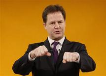 """Vice-premiê britânico e líder dos liberais democratas, Nick Clegg, faz discurso durante conferência do partido em Brighton, na Inglaterra. A Grã-Bretanha está """"dobrando, triplicando, quadruplicando"""" as medidas de segurança para a Maratona de Londres no fim de semana, após os trágicos acontecimentos em Boston, disse Clegg. 10/03/2013 REUTERS/Luke MacGregor"""