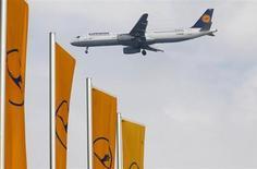 Le personnel de la compagnie aérienne Lufthansa est appelé à faire grève lundi par le syndicat Verdi, qui représente 33.000 employés, afin d'accentuer la pression sur la direction dans le cadre de négociations salariales tendues. /Photo prise le 14 mars 2013/REUTERS/Kai Pfaffenbach