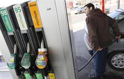 Водитель заправляет автомобиль на заправке в Брюсселе, 8 марта 2011 года. Цены на нефть Brent приближаются к $100 за баррель, но повышение добычи в США и снижение мирового спроса сдерживают рост. REUTERS/Yves Herman