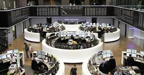 """Торговый зал Франкфуртской фондовой биржи, 16 апреля 2013 года. Европейские фондовые рынки растут после пятидневного падения, так как инвесторы надеются, что министры финансов на встрече """"Большой двадцатки"""" придут к выводу о необходимости поддержать рост мировой экономики. REUTERS/Remote/Marte Kiesling"""