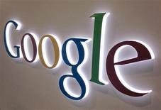 Google à suivre à la Bourse de New York. Le géant des services en ligne a accru de 23% ses revenus sur internet au premier trimestre, à 9,99 milliards de dollars, un chiffre meilleur que prévu. /Photo d'archives/REUTERS/Mike Blake