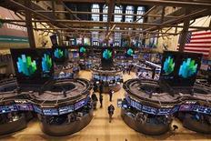 Wall Street tente un rebond technique à l'ouverture vendredi après ses baisses des dernières séances, mais IBM et General Electric maintiennent le Dow Jones dans le rouge. Dans les premiers échanges, l'indice des 30 grandes valeurs industrielles perd 0,15% et le Standard & Poor's 500 reprend 0,39%. Le Nasdaq Composite avance de son côté de 0,37%. /Photo d'archives/REUTERS/Lucas Jackson