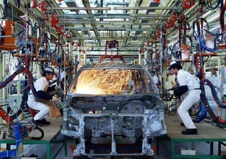 Chinese workers build a Honda CR-V SUV car in Wuhan, the capital of Hubei Province, April 24, 2004. REUTERS/China Photos