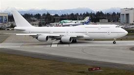 Boeing va réduire à 1,75 avion par mois, contre deux actuellement, la cadence de production du 747-8, la dernière version de son 747, arguant de la baisse de la demande pour les avions de ligne et cargos gros porteurs. Le 747-8 est en concurrence directe avec l'A380 d'Airbus. /Photo d'archives/REUTERS/Anthony Bolante