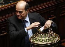 Líder do Partido Democrático italiano, Pierluigi Bersani, vota durante segundo dia de eleição presidencial na Câmara dos Deputados do Parlamento, em Roma. O principal partido de centro-esquerda da Itália escolheu o ex-primeiro-ministro Romano Prodi como o seu candidato a presidente nesta sexta-feira. 19/04/2013 REUTERS/Max Rossi