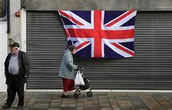 Fitch Ratings a abaissé la note souveraine de la Grande-Bretagne de AAA à AA+ en raison de la détérioration des perspectives économiques et budgétaires du pays. Moody's, l'une des deux autres grandes agences de notation, avait déjà abaissé la note de Londres d'un cran en février. /Photo d'archives/REUTERS/Cathal McNaughton