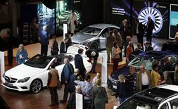 BMW, premier constructeur mondial de voitures de luxe, et son rival Mercedes-Benz ont dit s'attendre samedi à un ralentissement de la croissance de leurs ventes en Chine cette année, après la forte hausse de l'année dernière. /Photo prise le 10 avril 2013/REUTERS/Fabrizio Bensch