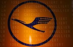Мультиэкспозиционная фотография, на которой видны логотип Lufthansa и табло с отмененными рейсами авиакомпании в аэропорту во Франкфурте-на-Майне, 22 апреля 2013 года. Lufthansa отменила почти 1.700 рейсов в понедельник в основном на внутригерманских линиях в связи с запланированной забастовкой сотрудников, требующих увеличение зарплаты, сообщила крупнейшая немецкая авиакомпания. REUTERS/Kai Pfaffenbach