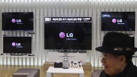 LG Display a fait état lundi de son plus petit bénéfice en quatre trimestres en raison d'une baisse des commandes d'écrans pour iPhone et iPad passées par Apple, nouvelle illustration de la concurrence accrue à laquelle est confrontée le géant américain. /Photo prise le 23 janvier 2013/REUTERS/Kim Hong-Ji