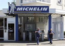La faiblesse du marché automobile européen a contraint Michelin à procéder à des baisses de prix au début de l'année, contribuant à réduire de 8,1% les ventes nettes du groupe au premier trimestre. /Photo d'archives/REUTERS/Stéphane Mahé