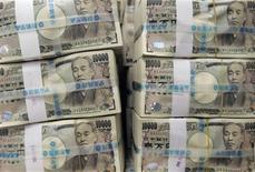 La forte chute du yen provoquée par la politique économique expansionniste du Japon a entraîné un regain de volatilité et d'activité sur le marché des changes, selon des intervenants du Sommet Forex organisé lundi par Reuters. /Photo d'archives/REUTERS/Jo Yong-Hak