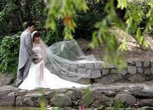 A couple pose for their wedding photos in Seoul June 22, 2006. REUTERS/Lee Jae-Won