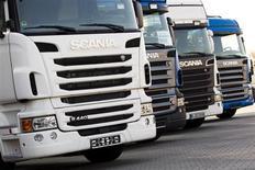 Le bénéfice de Scania s'est replié davantage que prévu au titre du premier trimestre 2013, ce que le constructeur suédois de poids lourds explique par le haut niveau de la couronne suédoise, ainsi que par la pression à la baisse sur les prix. /Photo prise le 1er février 2012/REUTERS/Thomas Peter