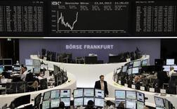 Les Bourses européennes accentuent leurs gains à mi-séance, portées par les indices PMI qui laissent entrevoir une légère amélioration en France et entretiennent les espoirs de baisse des taux dans la zone euro. À Paris, le CAC 40 s'adjugeait 1,59% vers 10h30 GMT. Le FTSE britannique gagnait 0,84%, et le Dax allemand 0,51%. /Photo prise le 23 avril 2013/REUTERS/Remote/Lizza David