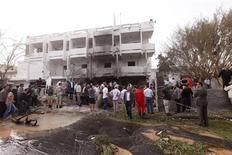 Люди стоят у посольства Франции в Триполи после взрыва 23 апреля 2013 года. У здания посольства Франции в Ливии сработало заложенное в автомобиль взрывное устройство, ранив двух охранников. Инцидент стал первым нападением на дипмиссию в Триполи с момента окончания войны в 2011 году и свержения ливийского лидера Муаммара Каддафи. REUTERS/Ismail Zitouny