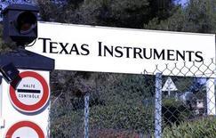Vista da entrada do edifício de pesquisa da Texas Instruments da França em Villeneuve-Loubet, perto de Nice, 18 de dezembro de 2012. A Texas teve no primeiro trimestre lucro e receita pouco acima das expectativas de Wall Street e projetou crescimento no atual trimestre, em meio à melhora na demanda por seus chips, o que levantou suas ações no after-market. 18/12/2012 REUTERS/Eric Gaillard