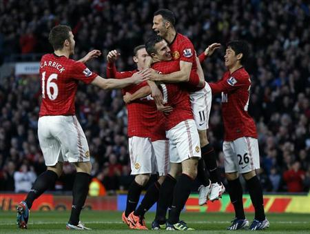 Manchester United's Robin Van Persie (C) celebrates his goal against Aston Villa with team mates during their English Premier League soccer match at Old Trafford in Manchester, northern England, April 22, 2013. REUTERS/Phil Noble