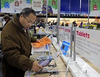 AT&T fait état mardi d'une croissance supérieure aux attentes du nombre de ses clients mobiles au premier trimestre, grâce notamment aux ventes de tablettes tactiles couplées à un abonnement. /Photo d'archives/REUTERS/Adam Hunger