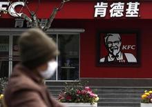 Yum Brands, le groupe américain propriétaire de l'enseigne de restauration rapide KFC, a enregistré un recul moins prononcé qu'attendu de son bénéfice trimestriel, en dépit d'une chute de son chiffre d'affaires en Chine, son premier marché. /Photo prise le 11 avril 2013/REUTERS/Aly Song