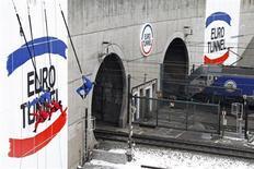 Eurotunnel a vu son chiffre d'affaires progresser de 8% au premier trimestre, la croissance des revenus de sa division de fret ferroviaire Europorte contribuant à compenser la faible progression des recettes tirées du tunnel sous la Manche, pénalisé par un hiver particulièrement rigoureux qui a perturbé la circulation routière et ferroviaire. /Photo d'archives/REUTERS/Pascal Rossignol