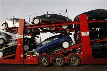 A new car transporter leaves a Honda manufacturing plant in Swindon, western England, November 21, 2008. REUTERS/Suzanne Plunkett